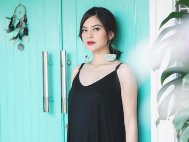 Penampilan pemilik nama lengkap Tiwi Prastiwi Dwiarti saat liburan memang tampak begitu santai. Kali ini ia tampak mengenakan dress hitam polos tanpa lengan. Anting berbentuk kipas yang dipakainya pun membuat Tiwi makin memesona. (Liputan6.com/IG/@tentangtiwi)