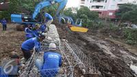 Dinas Tata Air DKI Jakarta melakukan peninggian tanggul beton tersebut untuk mengantisipasi meluapnya air sungai saat musim hujan dan memasang bronjong yang baru terpasang sekitar 10 meter, Kemang, Jakarta, Rabu (31/8). (Liputan6.com/Immanuel Antonius)