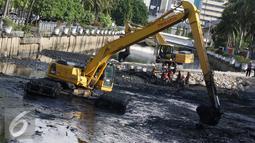 Para pekerja saat mengeruk lumpur yang mengendap di Kali Besar, Kota Tua, Jakarta, Kamis (29/9). Pengerukan dilakukan untuk mencegah pendangkalan yang menjadi salah satu penyebab banjir di Ibu Kota. (Liputan6.com/Immanuel Antonius)