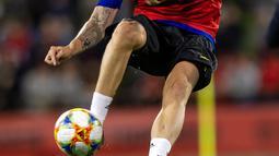 Bek Manchester United, Phil Jones mengontrol bola saat mengikuti sesi latihan terbuka jelang pertandingan tur pramusim melawan Perth Glory di Stadion Optus, Perth (11/7/2019). MU dijadwalkan menggelar tur pramusim di Australia, Tiongkok, dan Singapura. (AFP Photo/Tony Ashby)