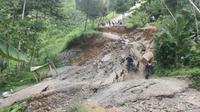 Jalan yang longsor di Banjarnegara yang membuat 5 desa terisolasi (Liputan6.com/Idhad Zakaria)