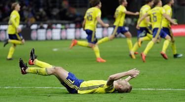 Pemain Swedia berselebrasi di penghujung laga leg kedua playoff Piala Dunia 2018 melawan Italia, di Stadion San Siro, Selasa (14/11). Swedia menggagalkan Gli Azurri lolos ke putaran final Piala Dunia setelah menang secara agregat 1-0. (AP/Luca Bruno)