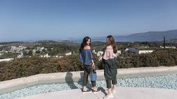 Selain menaiki kereta kuda bersama, Cathy Sharon dan Julie Estelle juga bersama-sama menikmati indahnyua pemandangan saat berlibur ke Greece beberapa waktu lalu. (Liputan6.com/IG/@cathysharon)