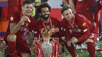 Pemain Liverpool, Mohamed Salah, Xherdan Shaqiri dan Dejan Lovren, saat merayakan trofi juara Premier league 2019-2020 di Stadion Anfield, Kamis (23/7/2020) dini hari WIB. Prosesi angkat trofi juara ini dilakukan usai pertandingan Liverpool melawan Chelsea. (AFP/Phil Noble/pool)