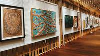 Pasar Seni Lukis Indonesia 2018 dipenuhi karya yang luar biasa. Ada stand yang menjual karya seni lukis dari bahan batu akik hingga bulu unggas.