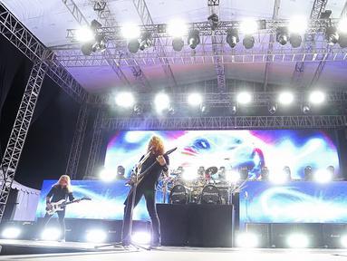 """Band rock asal Amerika Serikat Megadeth saat tampil dalam Jogjarockarta 2018 di Stadion Kridosono, Yogyakarta (27/10). Megadeth menggebrak dengan lagu pembuka """"Hangar 18"""". (Fimela.Com/Bambang E.Ros)"""