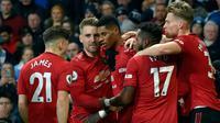 Pemain Manchester United Marcus Rashford (tengah) merayakan dengan rekan satu timnya setelah mencetak gol ke gawang Manchester City pada pertandingan Liga Inggris di Etihad Stadium, Manchester, Inggris, Sabtu (7/12/2019). Manchester United menang 2-1. (AP Photo/Rui Vieira)