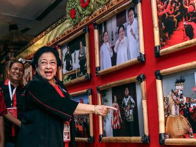 Ketua Umum PDI Perjuangan Megawati Soekarnoputri melihat pameran foto di lobi Inna Grand Bali Beach Hotel, Denpasar, Jumat (9/8/2019). Pameran foto bertema 'Kepemimpinan dan Kerakyatan Bersama PDI Perjuangan' menampilkan 25 foto terbaik karya perwarta foto. (Liputan6.com/Johan Tallo)