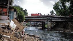 Suasana di bantaran Sungai Ciliwung, Jakarta, Senin (22/7/2019). BBWSCC memperkirakan proyek normalisasi Sungai Ciliwung akan berjalan pada tahun 2020 dikarenakan proses pembebasan lahan belum selesai serta penyesuaian konsep normalisasi dengan Pemprov DKI Jakarta. (Liputan6.com/Faizal Fanani)