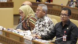 Ketua KPU, Arief Budiman (tengah) saat mengikuti rapat kerja/rapat dengar pendapat dengan Komisi II DPR di Kompleks Parlemen, Jakarta, Kamis (26/9/2019). Rapat membahas evaluasi Pemilu 2019 dan persiapan Pilkada Serentak 2020. (Liputan6.com/Helmi Fithriansyah)