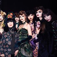 Sejumlah inspirasi gaya rambut nyentrik yang tampil di atas panggung runway NYFW. (Foto: Anna Sui)