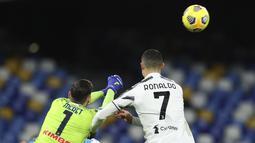 Kiper Napoli Alex Meret menghalau bola sundulan penyerang Juventus, Cristiano Ronaldo pada pertandingan Liga Serie A Italia di stadion Diego Armando Maradona di Naples, Italia, Minggu (14/2/2021).  Juventus kini masih berada diperingkat 3 klasemen. (Alessandro Garofalo/LaPresse via AP)