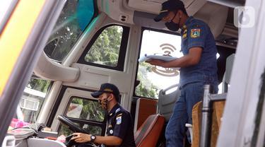 FOTO: Jelang Natal dan Tahun Baru, Petugas Dishub Inspeksi Keselamatan bus di Terminal Kalideres