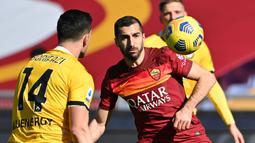 Gelandang AS Roma, Henrikh Mkhitaryan (kanan) mengontrol bola di depan bek Udinese, Kevin Bonifazi dalam laga lanjutan Liga Italia 2020/21 pekan ke-22 di Olimpico Stadium, Roma, Minggu (14/1/2021). AS Roma menang 3-0 atas Udinese. (AFP/Alberto Pizzoli)