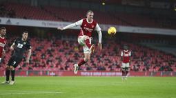 Pemain Arsenal Rob Holding melompat untuk mengontrol bola saat melawan Burnley pada pertandingan Liga Premier Inggris di Stadion Emirates, London, Inggris, Minggu (13/12/2020).  Arsenal kalah 0-1. (Catherine Ivill/Pool via AP)