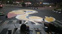 Pembuatan motif tambahan di titik penyeberangan jalan dilakukan malam hari. (foto: Liputan6.com / felek wahyu)
