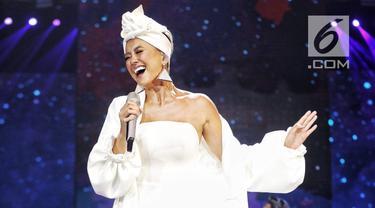 """Aksi Agnez Mo saat tampil dalam malam puncak HUT ke-28 SCTV di ICE BSD, Tangerang, Banten, Jumat (24/8). Agnez Mo tampil cantik menggenakan gaun putih saat membawakan lagu berjudul """"Sebuah Rasa"""". (Faizal Fanani/liputan6.com)"""