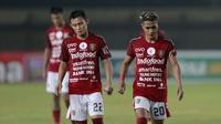 Ekspresi dua pemain Bali United, Dias Angga Putra (kiri) dan Mohammad Sidik Saimima usai timnya dikalahkan PSS Sleman 2-4 melalui babak adu penalti dalam laga perempatfinal Piala Menpora 2021 di Stadion Si Jalak Harupat, Bandung, Senin (12/4/2021). (Bola.com/Ikhwan Yanuar)