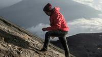 Selain berat, mengenakan jeans saat mendaki sangat berbahaya bagi tubuh (Sumber foto: viapendaki.com)