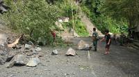 Pengemudi yang melintasi jalan di lereng Gunung Semeru kawasan Lumajang diminta waspada. (Liputan6.com/Dian Kurniawan)