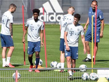 Pemain Bayern Munchen saat mengikuti sesi latihan di fasilitas pelatihan Bayern Munchen di Munich, Jerman, Kamis (16/4/2020) waktu setempat. Munchen menggelar latihan dengan cara para pemain ditempatkan dalam kelompok-kelompok kecil dan tetap mempertahankan jarak fisik. (AFP/Christof Stache)