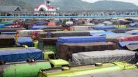 Ratusan truk antri masuk dermaga Pelabuhan Merak, Banten, Rabu (9/3). Setelah sempat lengang, kemacetan kembali terjadi akibat sejumlah kapal roro unit masuk dok untuk perbaikan.(Antara)