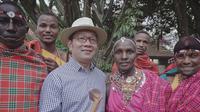 Ridwan Kamil berfoto bersama orang-orang Suku Maasai, Kenya. (dok. Instagram @ridwankamil/https://www.instagram.com/p/ByEuBz_AWtW/Putu Elmira)