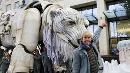 Aktris Inggris Emma Thompson menunjukkan ketidaksenangannya saat aksi protes lingkungan di di Markas Shell, London, Inggris, Selasa (2/9/2015). Emma Thompson membawa patung beruang kutub saat aksinya tersebut. (Reuters/Stefan Wermuth)