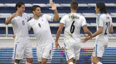 Pemain Uruguay merayakan gol yang dicetak Luis Suarez ke gawang Kolombia pada laga kualifikasi Piala Dunia 2022 zona CONMEBOL di Estadio Metropolitano Roberto Melendez, Sabut (14/11/2020) dini hari WIB. Uruguay menang 3-0 atas Kolombia. (AFP/Raul Arboleda)