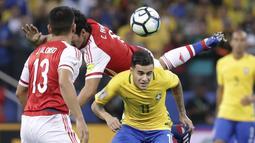 Philippe Coutinho (kanan) berebut bola dengan para pemain Paraguay pada laga Kualifikasi Piala Dunia 2018 zona Conmebol di Arena Corinthians Stadium,  Sao Paulo, Brasil, Selasa (28/3/2017). Brasil menang 3-0. (AP/Andre Penner)