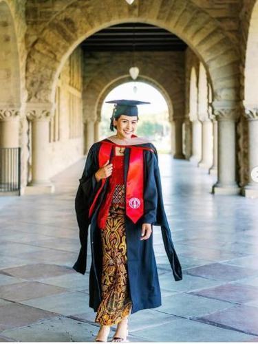 Maudy Ayunda Kenakan Kebaya Merah di Hari Kelulusan S2 dari Stanford University