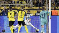 Kiper Barcelona Marc-Andre ter Stegen menggagalkan penalti penyerang Borussia Dortmund Marco Reus dalam laga Grup F Liga Champions di Signal Iduna Park, Rabu (18/9/2019).(AP Photo/Michael Probst)