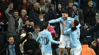 Striker Manchester City, Sergio Aguero, melakukan selebrasi usai mencetak gol ke gawang Bristol City pada leg pertama semifinal Piala Liga Inggris di Stadion Etihad, Selasa (9/1/2018). Manchester City menang 2-1 atas Bristol City. (AFP/Oli Scarff)