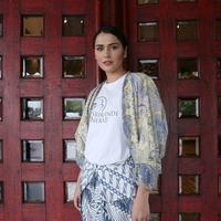 Perempuan yang mengawali kariernya di dunia modeling, Senk Lotta menjadi salah satu pemain dalam pagelaran wayang orang berjudul Srikandi Nekat. (Daniel Kampua/Bintang.com)