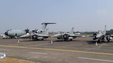 (Dari kiri ke kanan) Airbus A400M dan tiga Dassault Rafale milik AU Prancis di Halim Perdanakusuma (21/8) (Liputan6.com / Rizki Akbar Hasan)