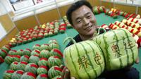 Lihat betapa uniknya semangka berbentuk kotak ini. Foto: Huffingtonpost