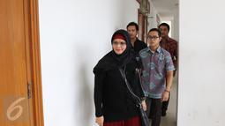 Istri Iwan Fals, Rosanna menghadiri Sidang  kasus wanprestasi yang dilayangkan manajemen Iwan Fals, PT Tiga Rambu di Pengadilan Negeri, Jakarta, (7/1). Sidang ini hakim mengkabulkan Rp 200 juta dari tuntutan Rp 1,1 miliar. (Liputan6.com/Herman Zakharia)