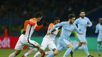 Gelandang Manchester City, Bernardo Silva, berusaha melewati pemain Shakhtar Donetsk, pada ajang Liga Champions, di Metalist Stadium, Kamis (7/12/2017) dini hari WIB. (AP/Efrem Lukatsky).