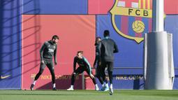 Bek Barcelona Gerard Pique (kiri), Jordi Alba (kedua kiri) dan rekan satu timnya melakukan pemanasan saat mengikuti latihan tim di Joan Gamper Sports City di Sant Joan Despi (9/12/2019). Barcelona akan bertanding melawan wakil Italia, Inter Milan pada Grup F Liga Champions. (AFP/Josep Lago)