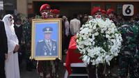Prajurit TNI bersiap jelang upacara persemayaman mantan KSAD Jenderal TNI (Purn) Pramono Edhie Wibowo di kawasan Puri Cikeas, Kab Bogor, Jabar, Minggu (14/6/2020). Pramono Edhie Wibowo wafat di usia 65 tahun dan akan dimakamkan secara militer di TMPN Kalibata. (Liputan6.com/Helmi Fithriansyah)