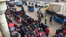 PKL memadati trotoar serta bahu jalan di kawasan Pasar Senen, Jakarta, Kamis (7/2). Selain mengganggu pejalan kaki, kondisi tersebut juga menghambat arus lalu lintas. (Liputan6.com/Immanuel Antonius)