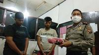 NA dan RH, pelaku pembegalan supir taksi online diringkus anggota Polsek Sukarami Palembang (Liputan6.com / Nefri Inge)
