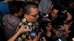 Pengamat hukum, Denny Indrayana saat tiba di Gedung KPK, Jakarta, Selasa (17/2/2015). Kedatangan Denny untuk membahas berbagai persoalan yang kini dihadapi KPK bersama pimpinan KPK. (Liputan6.com/Faisal R Syam)