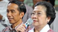 Calon presiden pasangan nomor urut dua, Joko Widodo (kiri) dan Ketua Umum PDI Perjuangan Megawati Soekarnoputri (kanan) memberikan keterangan pers soal hasil hitung cepat Pemilu Presiden Tahun 2014. (ANTARA FOTO/Widodo S. Jusuf)
