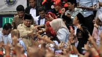 Antusias buruh menyambut kehadiran Prabowo Subianto saat peringatan HUT ke-20 KSPI di Jakarta, Rabu (6/2). Dalam acara ini Prabowo Subianto berkesempatan untuk menyampaikan pidato politik di hadapan ratusan buruh. (Merdeka.com/Iqbal S. Nugroho)