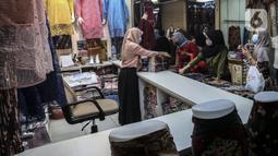 Aktivitas jual beli di pusat penjualan pakaian dan tekstil Pasar Tanah Abang Blok B, Jakarta, Selasa (19/1/2021). Kementerian Perindustrian memproyeksikan kinerja tekstil 2021 akan bergerak positif, meski masih tipis di level 0,93 persen. (Liputan6.com/Johan Tallo)