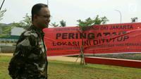 Gubernur DKI Jakarta Anies Baswedan berdiri di dekat spanduk peringatan penyegelan Pulau Reklamasi di Teluk Jakarta, Kamis (7/6). Anies langsung melakukan penyegelan di Pulau B dan D reklamasi. (Liputan6.com/HO/Deka Wira Saputra)
