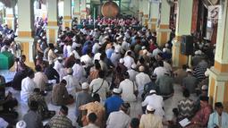 Suasana saat para jemaah bertadarus Alquran di Masjid Kauman, Semarang, Jawa Tengah, Rabu (8/5/2019). Tadarus Alquran 30 juz ini diikuti hingga ratusan jemaah. (Liputan6.com/Gholib)