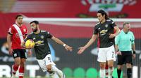 Dua pemain Manchester United, Bruno Fernandes dan Edinson Cavani, berhasil menyelamatkan timnya dari kekalahan saat menghadapi Southampton. Manchester United berhasil menang 2-2 di markas Southampton meski sempat tertinggal lebih dulu, Minggu (29/11/2020). (NAOMI BAKER / POOL / AFP)
