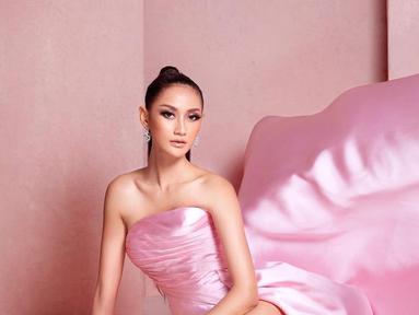 Pemilik nama lengkap Raden Roro Ayu Maulida Putri ini berhasil menjadi pemenang pada ajang Puteri Indonesia 2020 membuat namanya makin dikenal luas. Berbakat di dunia modeling, ia kerap melakukan pemotretan. Ayu pun terlihat memukau saat pemotretan. (Liputan6.com/IG/@ayumaulida97)